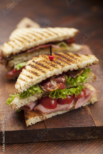 Papiers peints Snack club sandwich on white background
