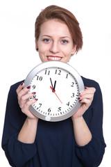 junge Frau hält Uhr