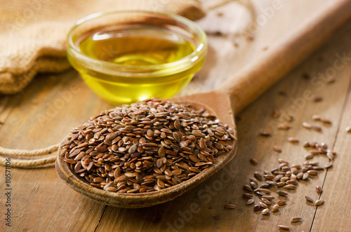 Deurstickers Kruiden Brown flax seeds on a spoon