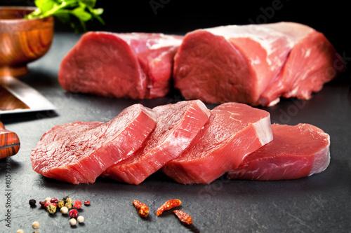 Aluminium Vlees Carne fresca cruda.Medallones de solomillo filetes para cocinar.