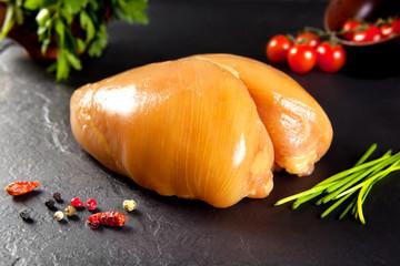Carne cruda. Pechuga de pollo entera. Aves Pollo amarillo
