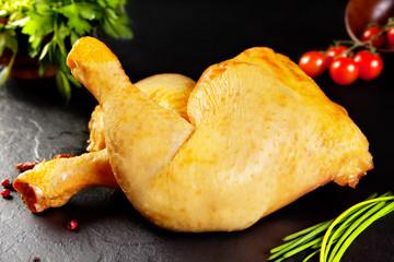 Carne cruda. Muslos de pollo amarillo de corral sin cocinar