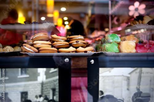 Papiers peints Confiserie Cookies y galletas en escaparate de pastelería.