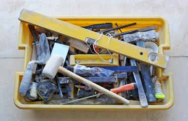 Caja de herramientas desordenada