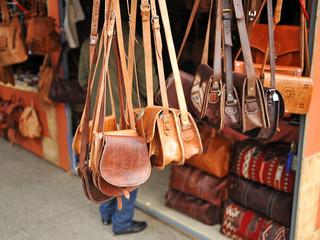 Tienda de bolsos en el mercadillo