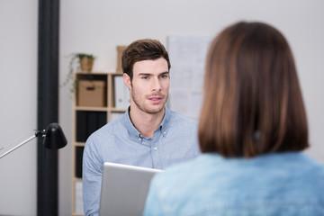 zwei kollegen führen eine ernste unterhaltung am arbeitsplatz
