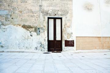 vecchia porta in un paesino pugliese