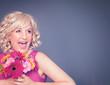 Blonde Frau mit Blumenstrauß - pink flowers 05