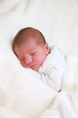 Baby schläft ruhig, Neugeborenes träumt zufrieden