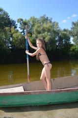 Девочка подросток плывет по речке