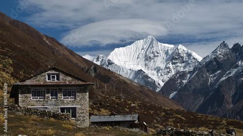 Fotobehang Nepal Lodge and snow capped Yala Peak