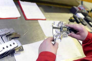 Qualitätskontrolle mit Meßschieber im Maschinenbau