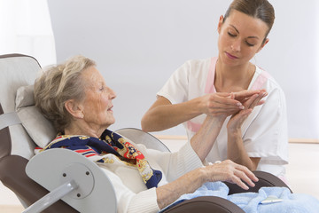 Massage Main Senior Femme