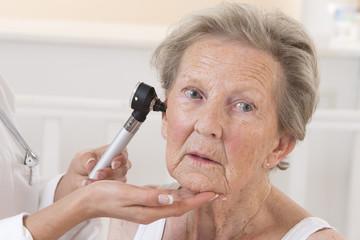 Auscultation senior femme