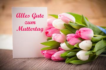 Grußkarte und Blumen zum Muttertag