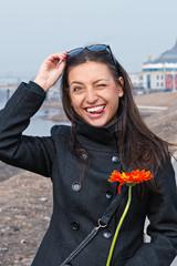 Портрет красивой веселой молодой женщины на прогулке.