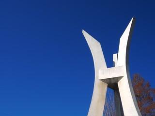 白い記念碑と青空