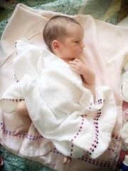 Neonato con asciugamano