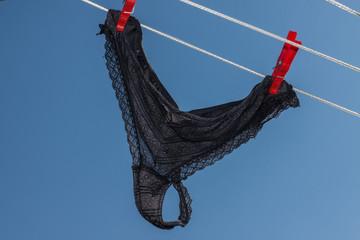 String - Tanga - Slip auf der Wäscheleine vor blauem Himmel