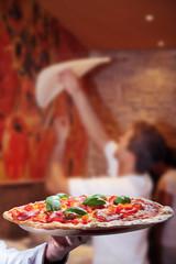 Pizza Herstellung und frisch serviert