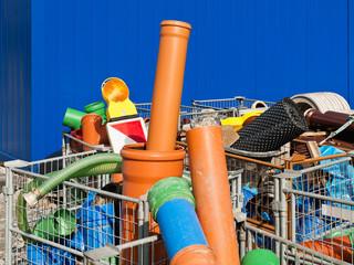 Rohre aus Kunststoff und weiteres Baumaterial in Gitterboxen