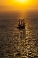 gün batımında yelkenli