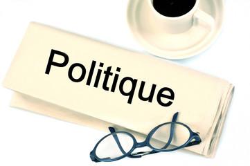 Journal politique, lunettes et café noir