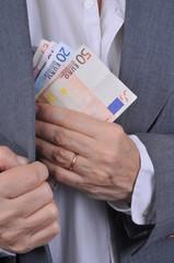 De l'argent mis dans la poche de veste