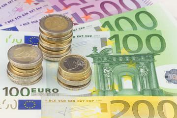 Euro Münzen auf Banknoten