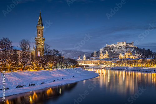 Papiers peints Alpes Historic city of Salzburg in winter at dusk, Austria