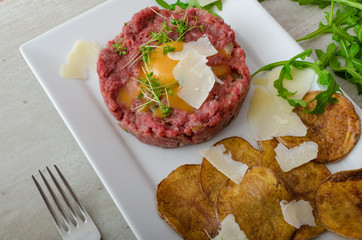 Beef tartar, potato chips
