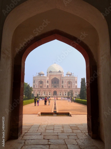 Staande foto Delhi Humayun's Tomb seen through gateway in Delhi, India