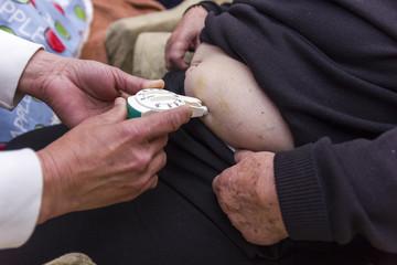 Inyectando insulina. Servicio social a domicilio.