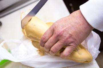 Preparando el desayuno de tostadas de pan y mantequilla