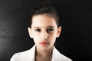 ragazzina dallo sguardo intenso