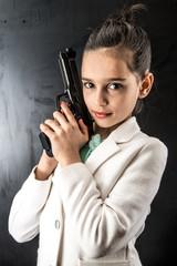 giovane ragazzina con pistola