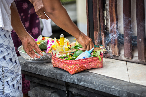 Foto op Plexiglas Indonesië Female hands offering food to God