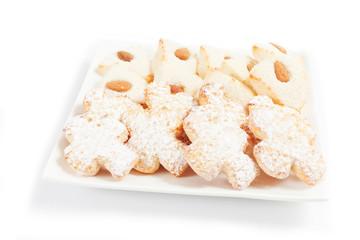 biscotti in pasta di mandorle su sfondo bianco