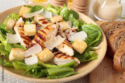 Plexiglas Salade Caesar salad with griddled chicken and lettuce