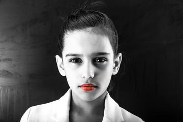 adolescente con labbra rosse
