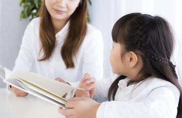 本を読む母と娘