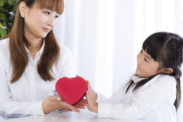 母親にプレゼントを渡す女の子