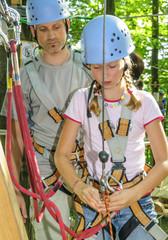 Teenager im Waldkletterpark
