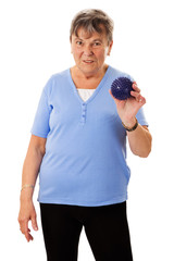 Seniorin mit Massageball
