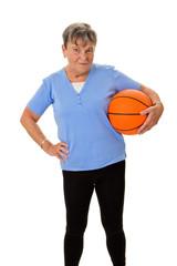 Seniorin trägt Basketball