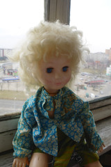 Кукла и окно