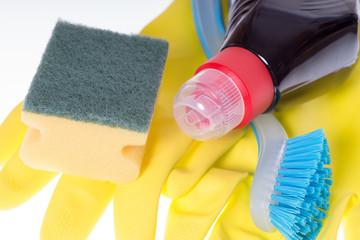 Putzmittel mit Bürste und Handschuhe
