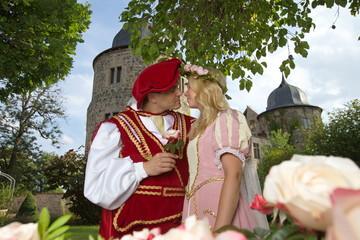 Dornröschen mit Prinz vor der Sababurg