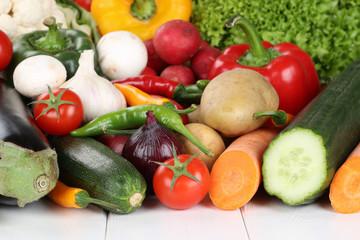 Gemüse wie Tomaten, Paprika, Salat und Karotten
