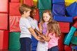 Viele Kinder bilden Stapel aus Händen